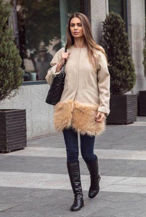 Palton scurt bej calduros si elegant fabricat din stofa si captusit cu margine din blana London