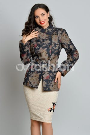 Jacheta cu un imprimeu floral pastelat din material de stofa si inchidere cu nasturi ascunsi