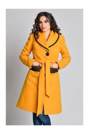 Palton matlasat galben mustar cu guler maxi si broderie stilata la buzunare si cordon in talie Aura Carina