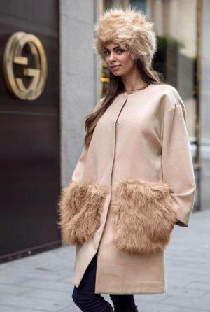 Palton bej calduros si lung de dama din stofa trendy cu insertii din blana la buzunare Krista