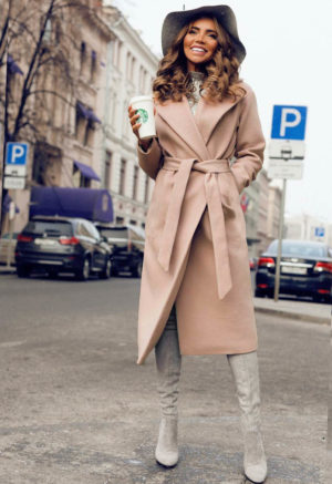Palton lung si calduros bej de ocazie cu cordon in talie perfect pentru tinute elegante Freddo
