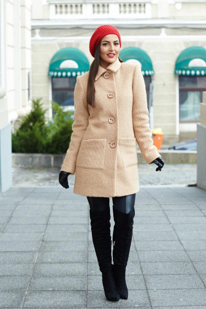 Palton din lana lung cu croi lejer de culoare crem cu buzunare laterale in partea din fata LaDonna