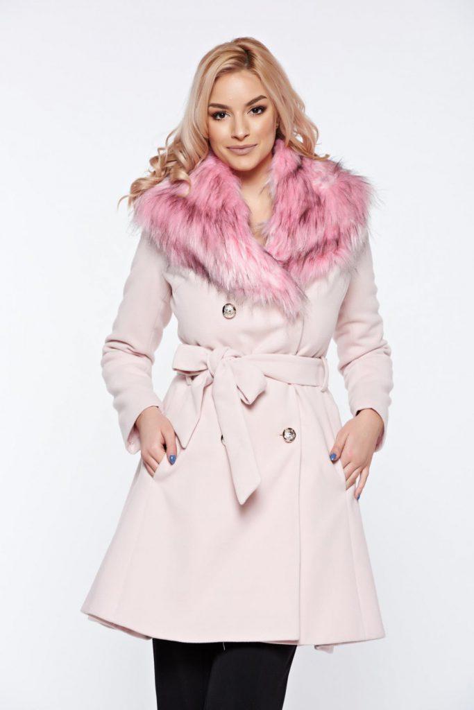 Palton elegant roz lung si calduros din lana cu insertii de blana ecologica accesorizat in talie cu un cordon LaDonna