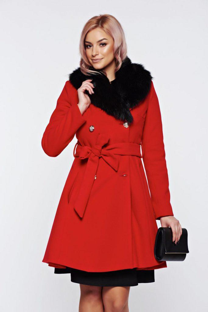 Palton rosu de dama elegant din lana cu un croi in clos si buzunare cu insertii de blana ecologica LaDonna