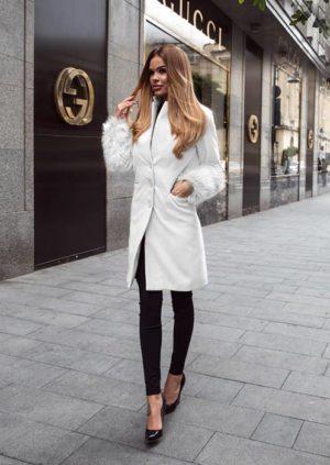 Palton lung alb din stofa cu insertii din blana la maneci si croiala dreapta cu nasturi Catya