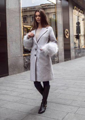 Palton lung gri din stofa cu insertii din blana la maneci si croiala dreapta cu nasturi Catya