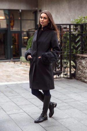 Palton lung negru din stofa cu insertii din blana la maneci si croiala dreapta cu nasturi Catya