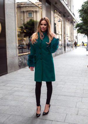 Palton lung verde din stofa cu insertii din blana la maneci si croiala dreapta cu nasturi Catya