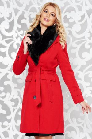 Palton dama rosu lung foarte elegant si modern din stofa groasa cu lana accesorizat cu blanita moale la guler