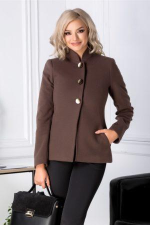Palton scurt maro de dama pentru iarna marca Moze accesorizat cu trei nasturi maxi aurii