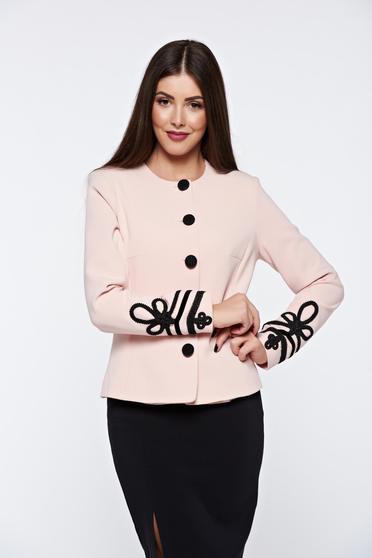 Sacou roz elegant cu un croi si un design impecabil cu maneci lungi cu insertii de broderie si bentite din catifea LaDonna