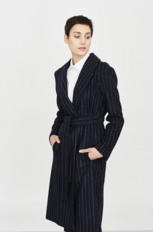 Palton de ocazie negru lung din lana cu dungi verticale albe ce se incheie cu cordon in talie dama Simple