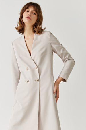 Palton alb lung in clos confectionat din material neted cu Incheiere cu patru nasturi Simple