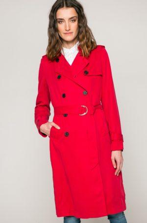Palton lung rosu de firma Tommy Hilfiger accesorizat cu cordon in talie si inchidere cu nasturi in stil army