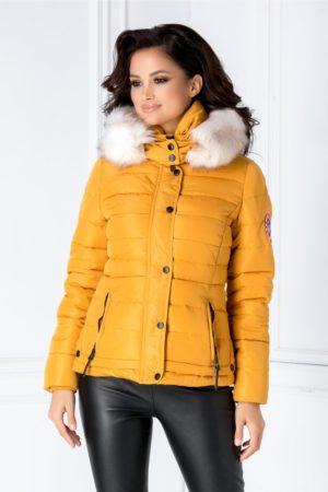 Geaca scurta casual galben mustar calduroasa si moderna accesorizata cu o gluga stilata cu blanita stil vulpe polara Iza