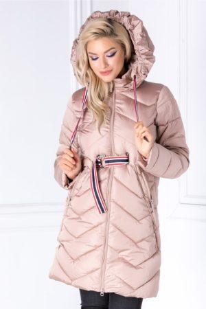 Geaca lunga roz de iarna cu textura matlasata cu cordon in talie si croiala slim ce urmeaza linia corpului Lola