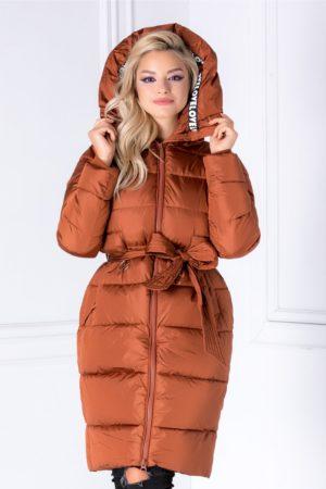 Geaca de iarna caramizie calduroasa si lunga pana la genunchi accesorizata cu banda decorativa aplicata pe gluga Love