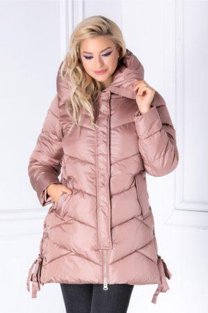 Geaca roz pudrat de iarna cu guler maxi cu gluga si snur in laterale foarte lejera si confortabila pe toata durata purtarii Marse