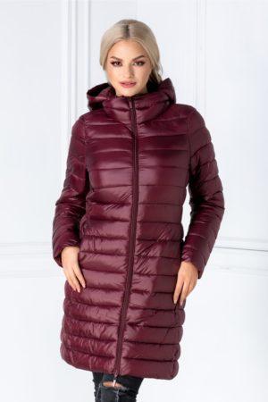 Geaca de iarna bordo lunga cu aspect matlasat si gluga detasabila ce iti va tine de cald atunci cand o imbraci Pamy