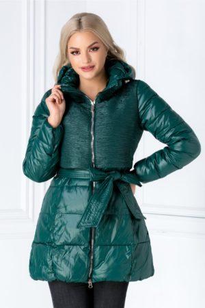 Geaca lunga matlasata verde de iarna cu textura creponata si gluga detasabila cu insertii pe guler Xenia