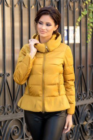 Geaca scurta galben mustar confortabila si calduroasa cu peplum in talie ce iti pune in evidenta feminitatea si stilul unic