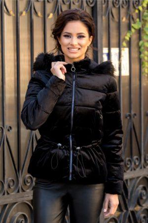 Geaca neagra eleganta de iarna foarte moderna si stilata cu aspect de velur prevazuta cu gluga detasabila cu puf