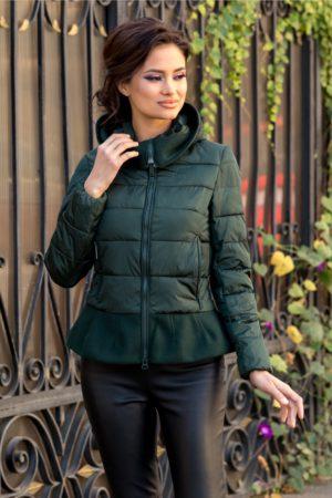 Geaca scurta verde confortabila si calduroasa cu peplum in talie ce iti pune in evidenta feminitatea si stilul unic