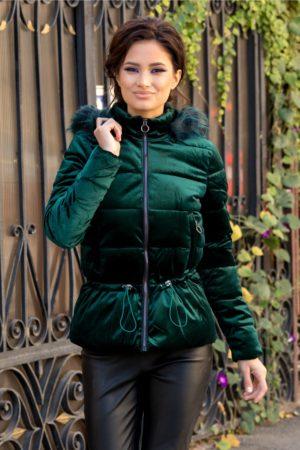 Geaca verde smarald eleganta de iarna foarte moderna si stilata cu aspect de velur prevazuta cu gluga detasabila cu puf