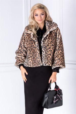 Jacheta de ocazie eleganta realizata din blanita ecologica cu croiala scurta si imprimeu animal print ce se inchide cu o capsa la decolteu