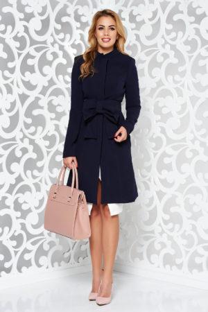 Palton seducator albastru inchis elegant in clos ce se inchide cu nasturi ascunsi in fata si accesorizat cu un cordon fundita Artista