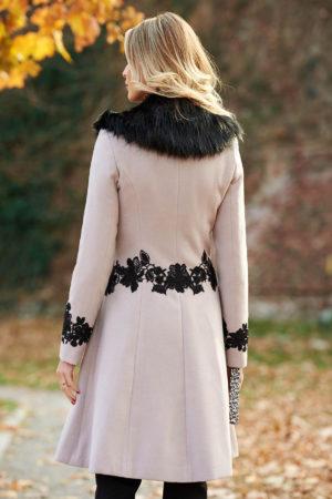 Palton elegant crem din lana cu insertii de broderie si guler cu blanita moale si pufoasa perfect pentru ocazii speciale LaDonna
