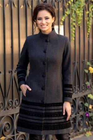 Palton elegant gri din lana usor evazat accesorizat cu insertii stilate de catifea cu broderie moderna LaDonna