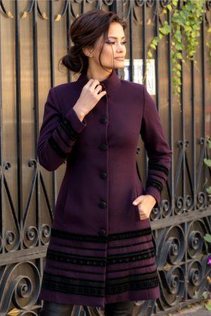 Palton elegant mov din lana usor evazat accesorizat cu insertii stilate de catifea cu broderie moderna LaDonna