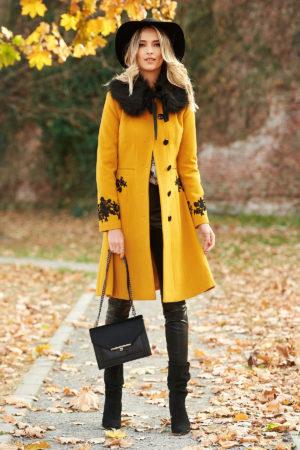 Palton elegant galben mustar din lana cu insertii de broderie si guler cu blanita moale si pufoasa perfect pentru ocazii speciale LaDonna