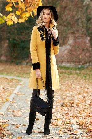 Palton de ocazie elegant din lana de culoare galben mustar cu aplicatii florale brodate si insertii de blana artificiala neagra LaDonna