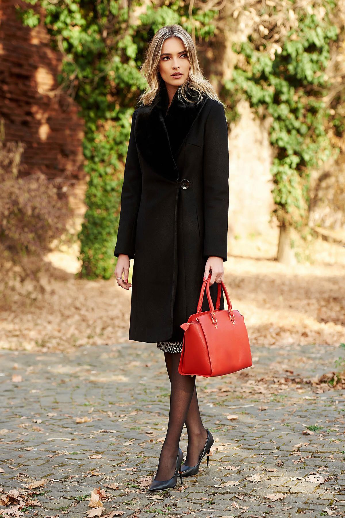 Palton lung negru din stofa moale cu lana intr-o croiala feminina cambrata si incheiere cu un singur nasture LaDonna