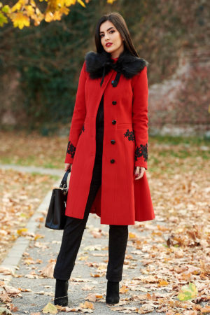 Palton elegant rosu din lana cu insertii de broderie si guler cu blanita moale si pufoasa perfect pentru ocazii speciale LaDonna
