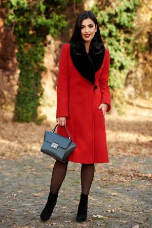 Palton lung rosu din stofa moale cu lana intr-o croiala feminina cambrata si incheiere cu un singur nasture LaDonna