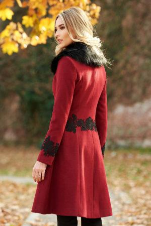 Palton elegant visiniu din lana cu insertii de broderie si guler cu blanita moale si pufoasa perfect pentru ocazii speciale LaDonna