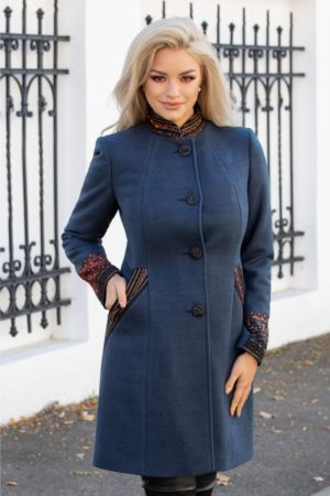 Palton albastru petrol elegant cu guler tunica si aplicatii colorate deosebite la maneci si buzunare Moze pentru o nota fabuloasa