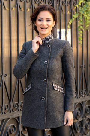 Palton scurt office gri antracit din lana cu broderie la buzunare si la guler in care te vei simti confortabil si nu iti va fi frig Moze