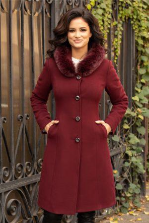 Palton dama visiniu calduros si stilat cu guler din blana naturala ce se inchide cu patru nasturi eleganti cu sclipici Moze