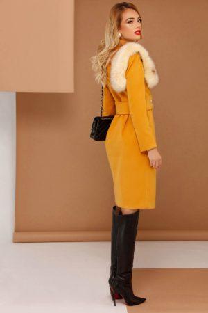 Palton galben mustar lung si drept accesorizat cu blanita artificiala si fabricat din stofa fina semigroasa cu adaos de viscoza PrettyGirl