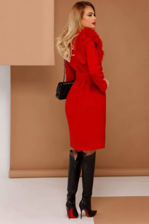 Palton rosu lung si drept accesorizat cu blanita artificiala si fabricat din stofa fina semigroasa cu adaos de viscoza PrettyGirl