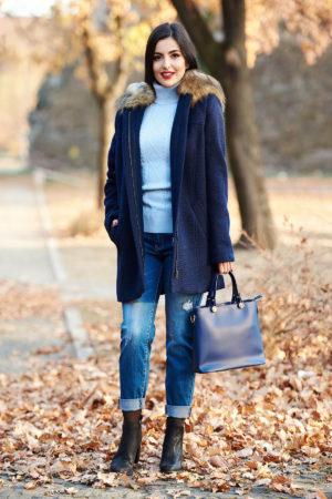 Palton albastru inchis din lana cu croiala casual office cu gluga nedetasabila accesorizata cu blana artificiala