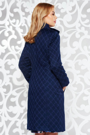 Palton lung elegant din brocart bleumarin cu negru cu model geometric in relief prevazut cu guler tunica si accesoriu tip funda
