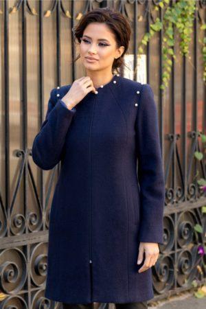 Palton dama bleumarin elegant realizat din lana calduroasa si confortabila accesorizat cu perle aplicate in zona umerilor