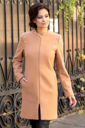 Palton dama crem elegant realizat din lana calduroasa si confortabila accesorizat cu perle aplicate in zona umerilor