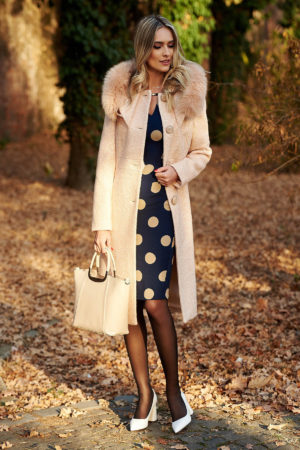 Palton crem elegant cu guler detasabil din blana naturala realizat din stofa bucle cu continut de lana calduroasa pe captuseala matlasata