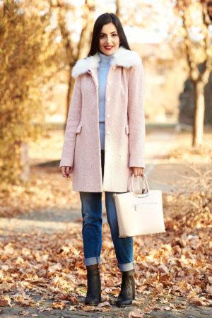 Palton rosa casual cu un croi drept din lana captusit pe interior cu guler din blana detasabil